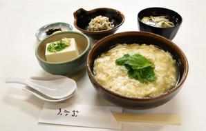 生豆腐皮(油皮)套餐(每日限定15份) (生豆腐皮饭、日式拌豆腐、味噌汤、小菜、泡菜) 870日元 (含税价)